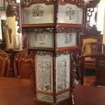 lồng đèn treo trong chùa bằng gỗ