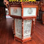 lồng đèn treo trong chùa gỗ hương